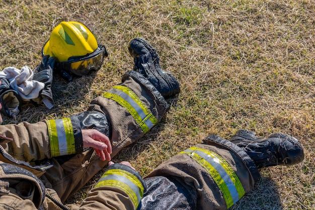 Bombeiros molhados descansando durante as tarefas de resgate