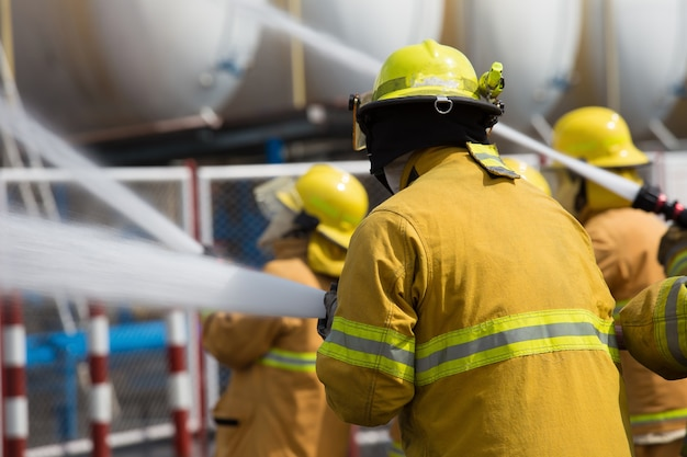 Bombeiros pulverizam água em extintores de incêndio causados por gás explosivo