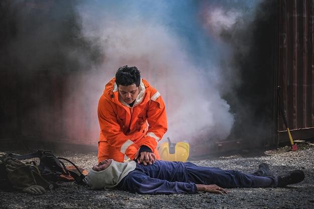 Bombeiros salvam vidas de fogo fazendo cpr