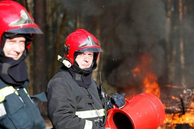 Bombeiros se preparando para extinguir incêndios florestaisextinguir o incêndio