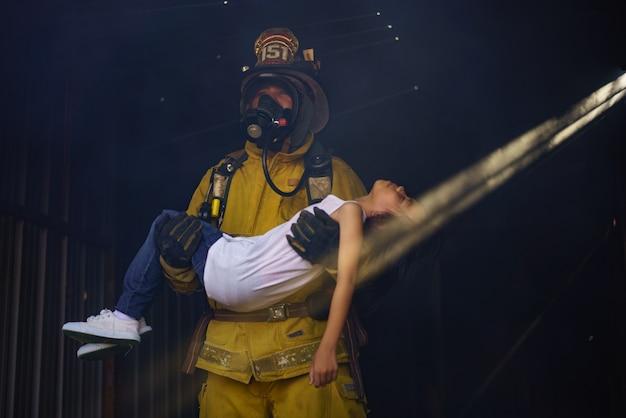Bombeiros treinados profissionalmente estão de plantão para controlar o incêndio de vários acidentes e resgatar as vítimas