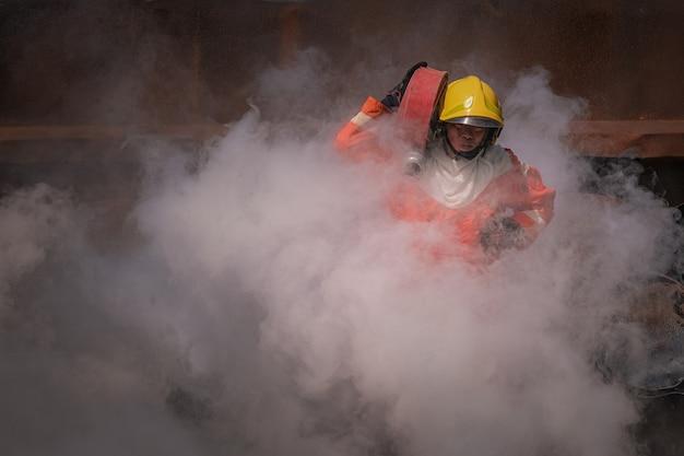 Bombeiros treinando para uma situação de emergência