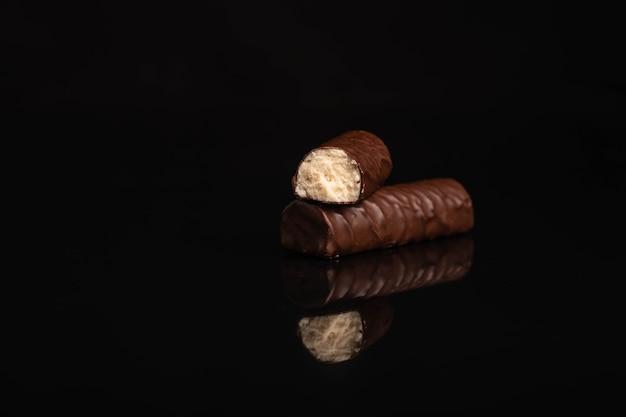 Bombom de chocolate em fundo escuro