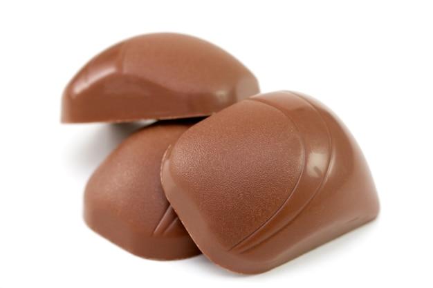 Bombom de chocolate três em fundo branco