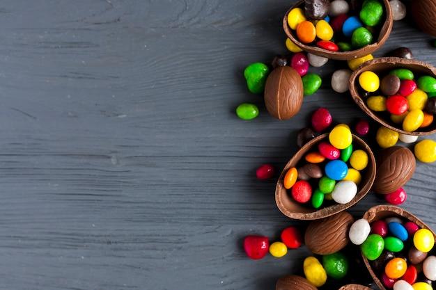 Bombons brilhantes em ovos de chocolate