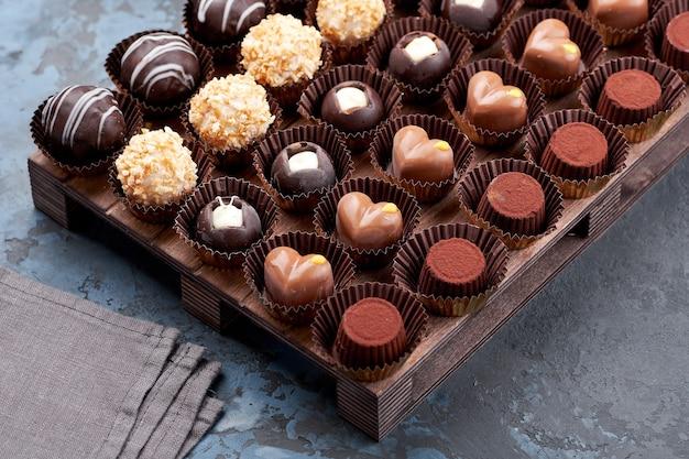 Bombons de chocolate artesanais, bombons e trufas em variedade