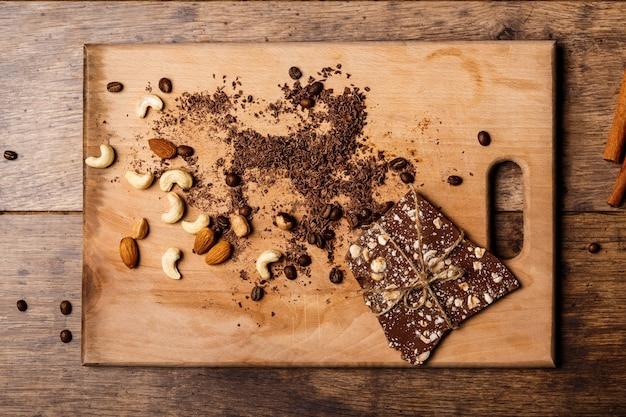 Bombons de chocolate canela e nozes na madeira