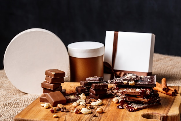 Bombons de chocolate canela e nozes na mesa de madeira.