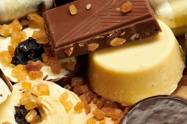 Bombons de chocolate caseiros na mesa rústica, comida doce, foto macro