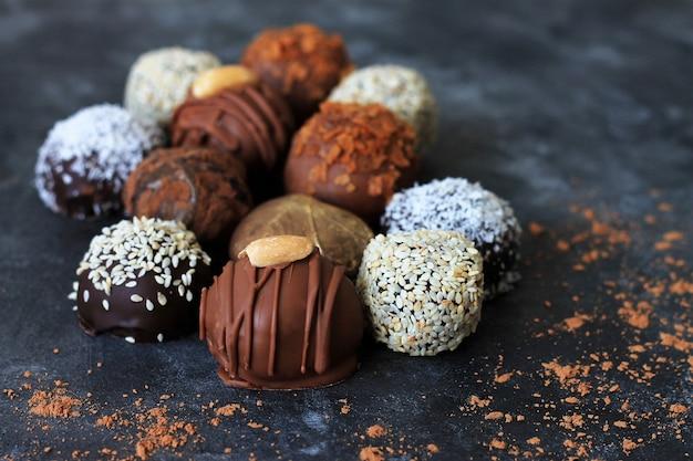 Bombons de chocolate caseiros para dia dos namorados no escuro.