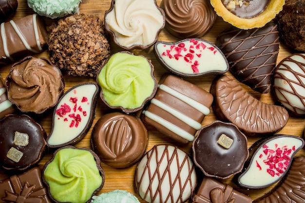 Bombons de chocolate com diferentes recheios.