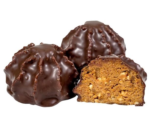 Bombons de chocolate com recheio isolado no branco.