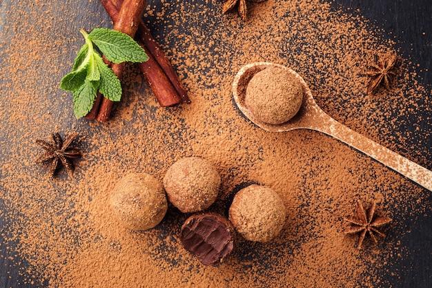 Bombons de chocolate com trufa de energia fresca caseira com cacau em pó feitos por chocolatier