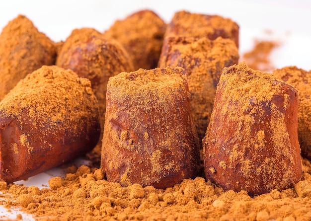 Bombons de chocolate com trufas.
