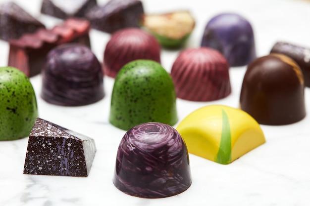 Bombons de chocolate de luxo em um fundo de mármore branco.