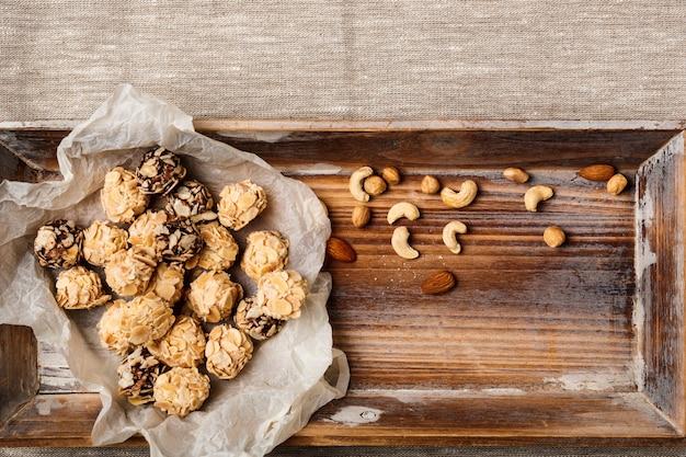Bombons de chocolate e nozes de saco
