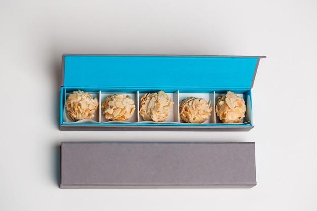 Bombons de chocolate em caixa em branco