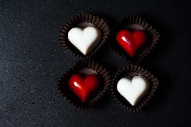 Bombons de chocolate em forma de coração