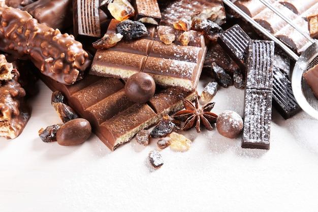 Bombons de chocolate em pó na superfície de madeira