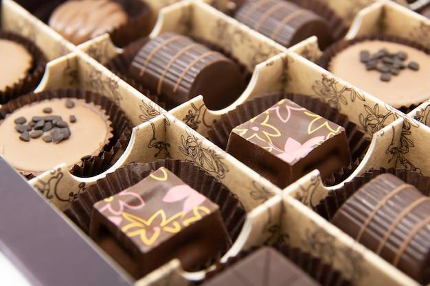Bombons de chocolate em uma caixa aberta doces de chocolate closeup doces de chocolate variados