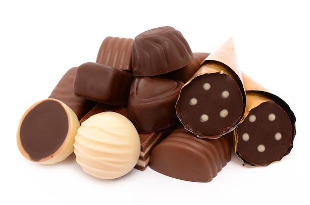 Bombons de chocolate em uma superfície branca