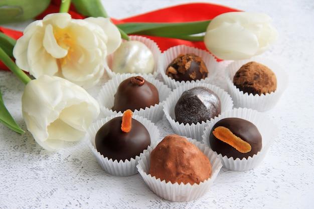 Bombons de chocolate estão sobre um fundo cinza