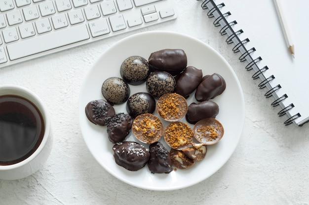 Bombons de chocolate feitos à mão na área de trabalho. doces cozidos em casa.