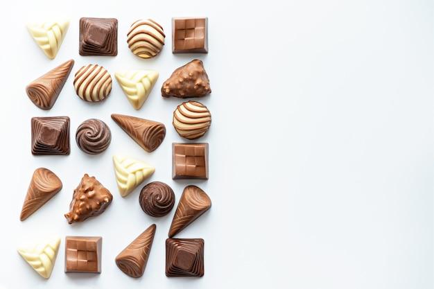 Bombons de chocolate isolados