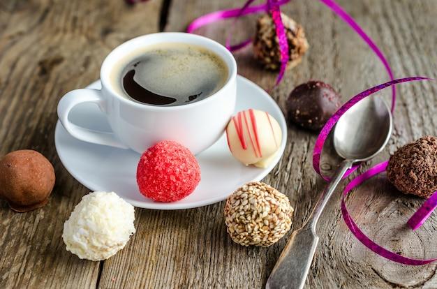 Bombons de chocolate luxuosos e xícara de café