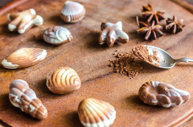 Bombons de chocolate luxuosos em forma de frutos do mar