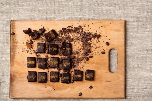 Bombons de chocolate na mesa de madeira de saco