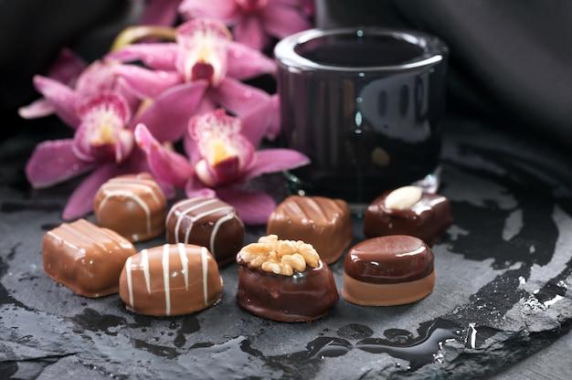 Bombons de chocolate na superfície de pedra preta