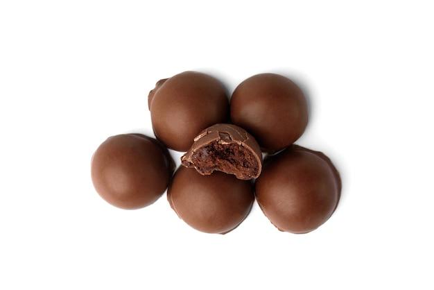 Bombons de chocolate praliné isolados no fundo branco. vista do topo.