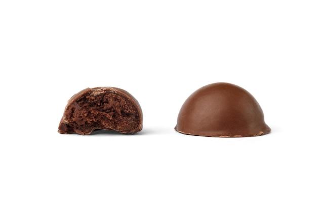 Bombons de chocolate praliné isolados no fundo branco.