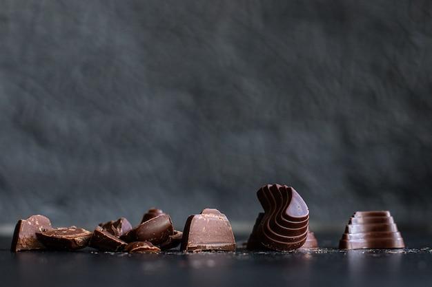 Bombons de chocolate recheados de chocolates trufas doces sobremesa