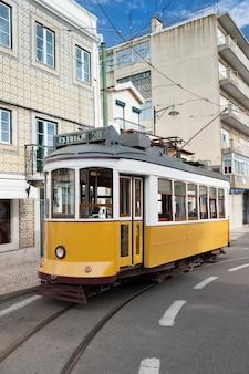 Bonde amarelo na rua em lisboa, portugal