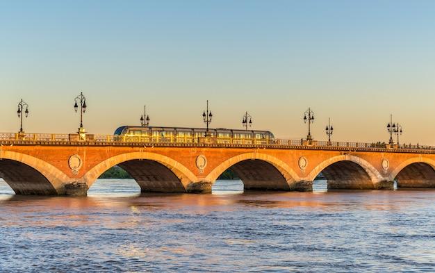 Bonde da cidade na ponte pont de pierre em bordeaux - frança, gironde