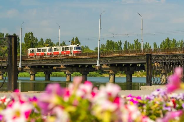 Bonde de kryvyi rih em uma ponte