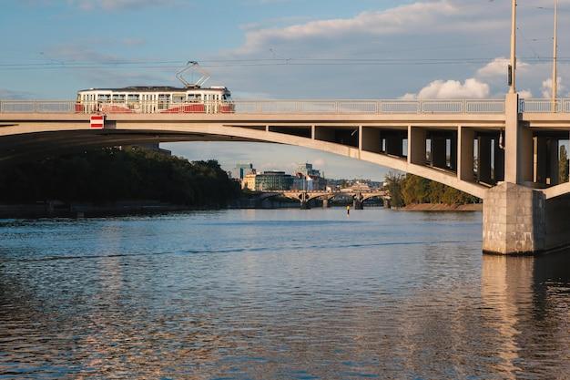 Bonde de praga em uma ponte. ponte do cais do rio moldava