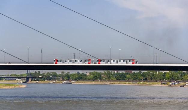 Bonde na ponte oberkasseler em düsseldorf