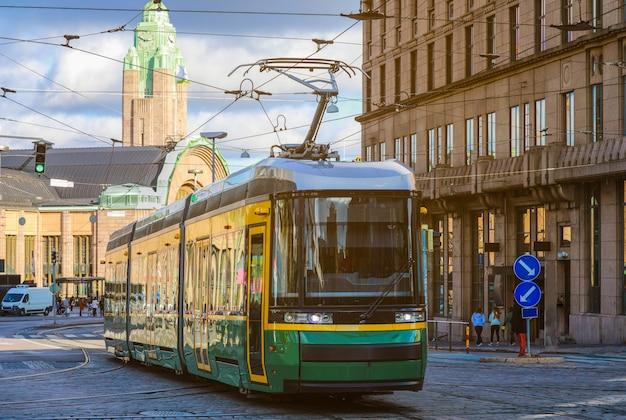Bonde verde transportando pessoas
