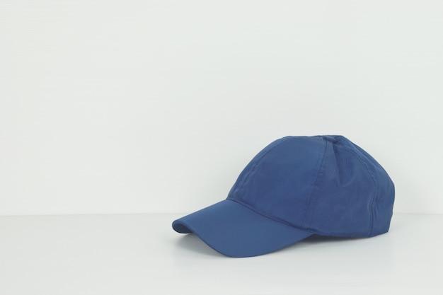 Boné de beisebol azul ou chapéu em fundo branco com espaço de cópia