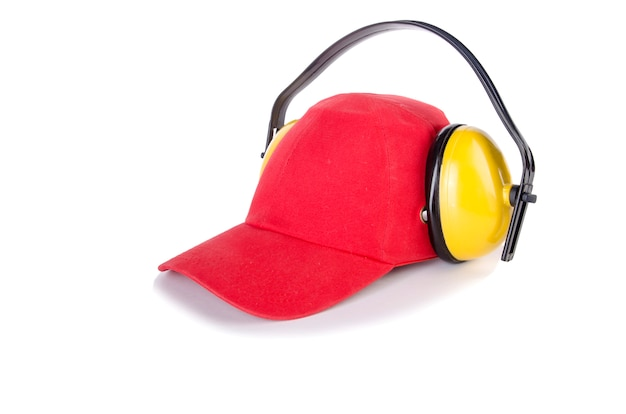 Boné de beisebol vermelho com fones de ouvido ruído isolado no branco