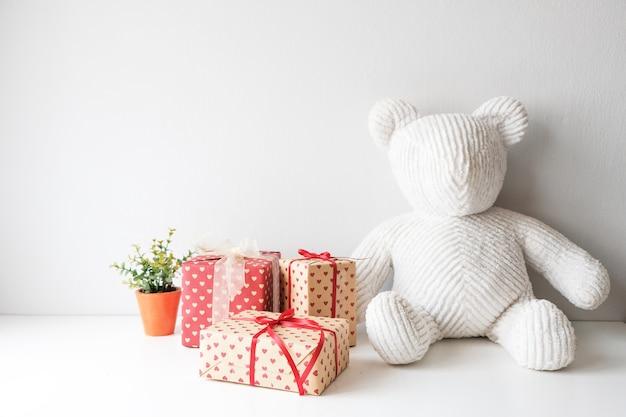 Boneca branca de pano que senta-se na tabela na sala. apropriado para um presente em festivais.
