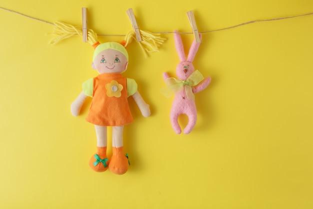 Boneca colorida pendurada no varal