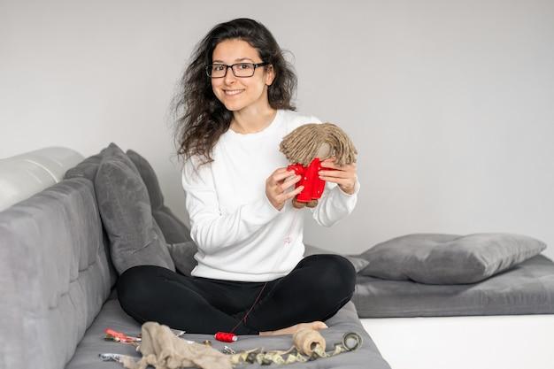 Boneca costurando mulher