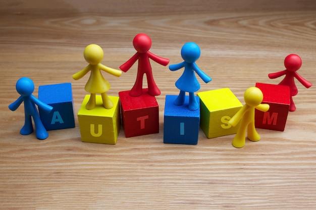 Boneca crianças fundo design com palavra de autismo em cubos