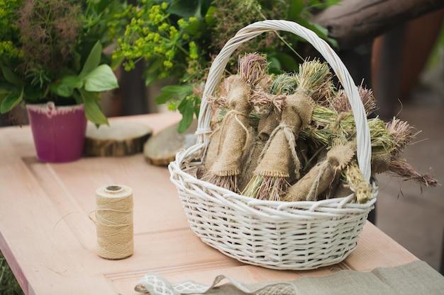Boneca de estopa artesanal na cesta em cima da mesa