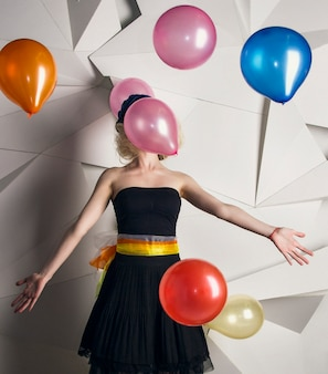 Boneca de mulher com balões multicoloridos