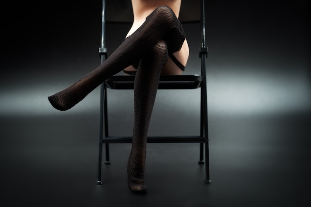Boneca de silicone sexy fêmea em lingerie de renda preta e meias